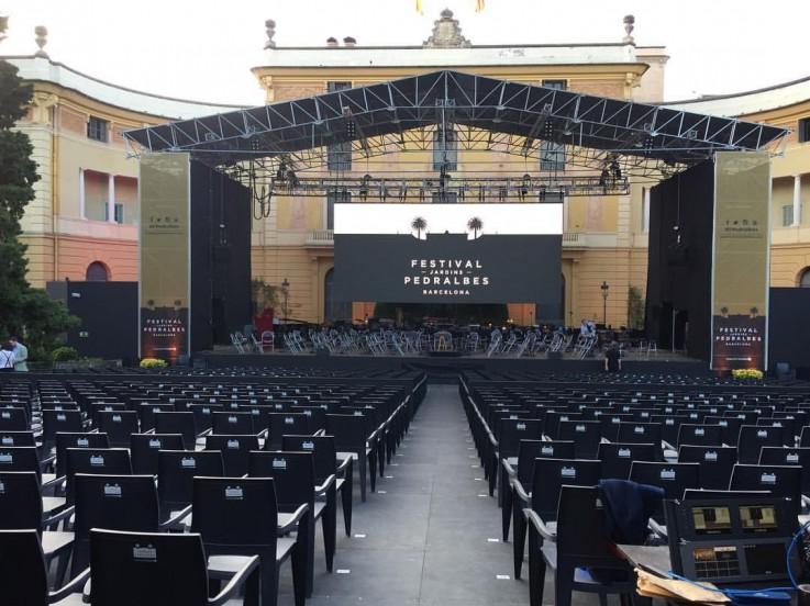 IV Festival dels jardins de Pedralbes con carpas negras.