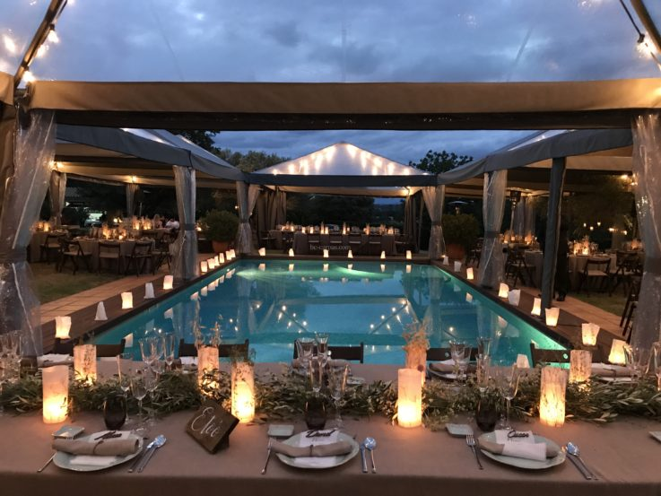 Carpas transparentes para una boda alrededor de la piscina.