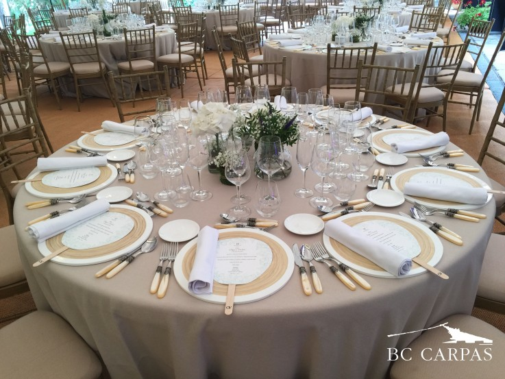 mesa para boda con carpa tensada